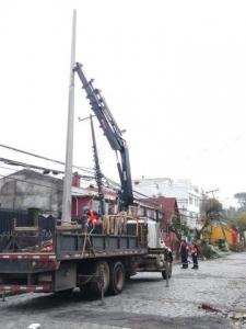 Brigada trabaja en reparación línea de media tensión cortada caleta poniente comuna de Paine